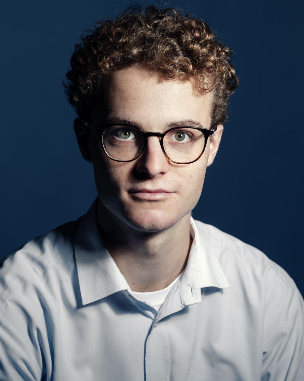 Portræt af ung mand med briller