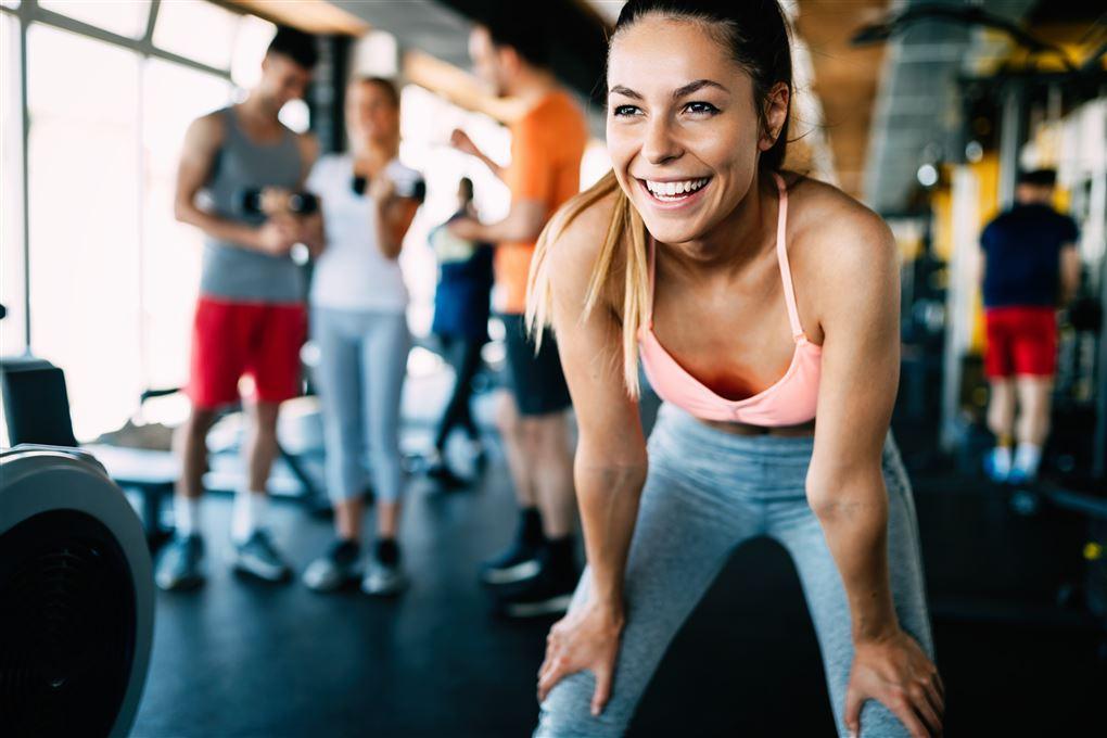 Vibrationstræning - Trænet pige i fitness center