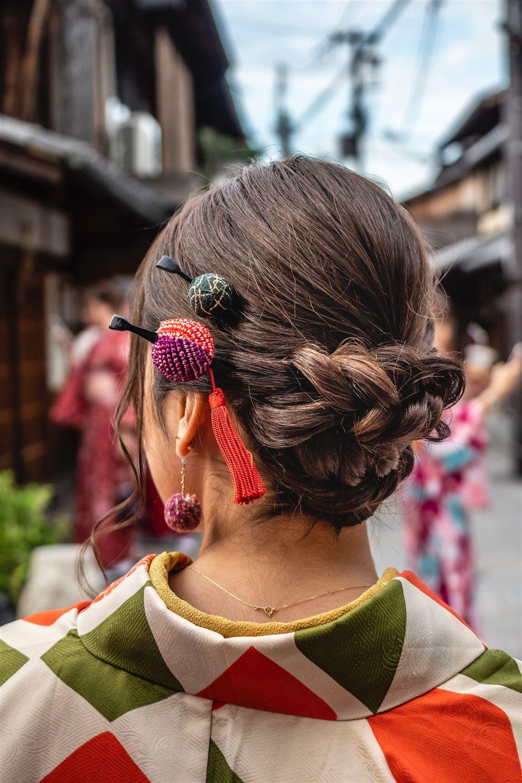 en kvinde med mærkelige spænder i håret