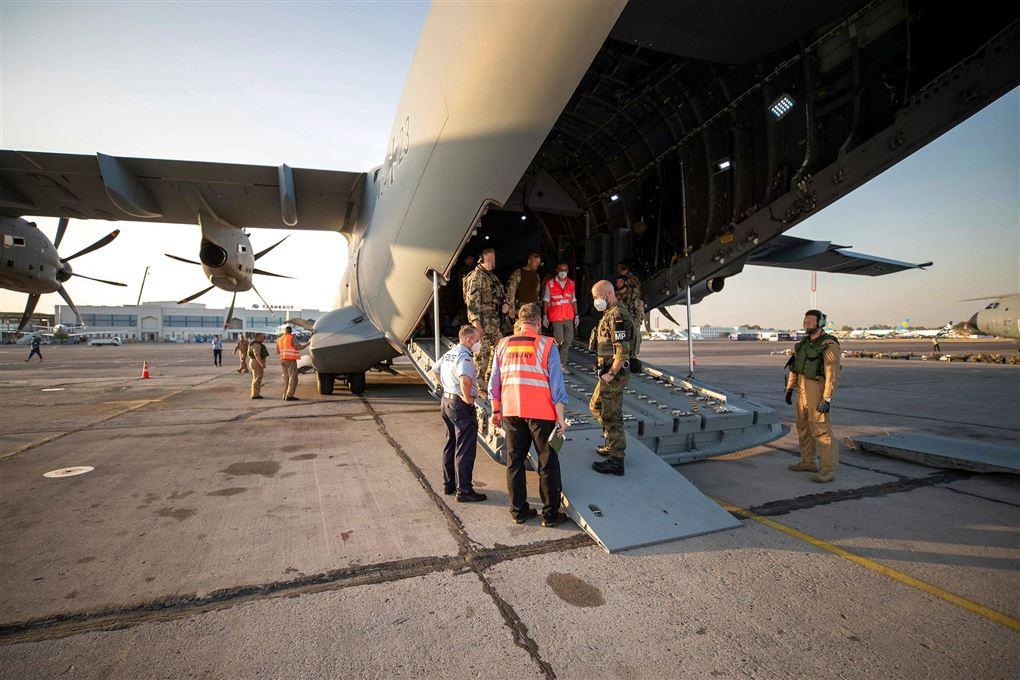 militærfly i lufthavn