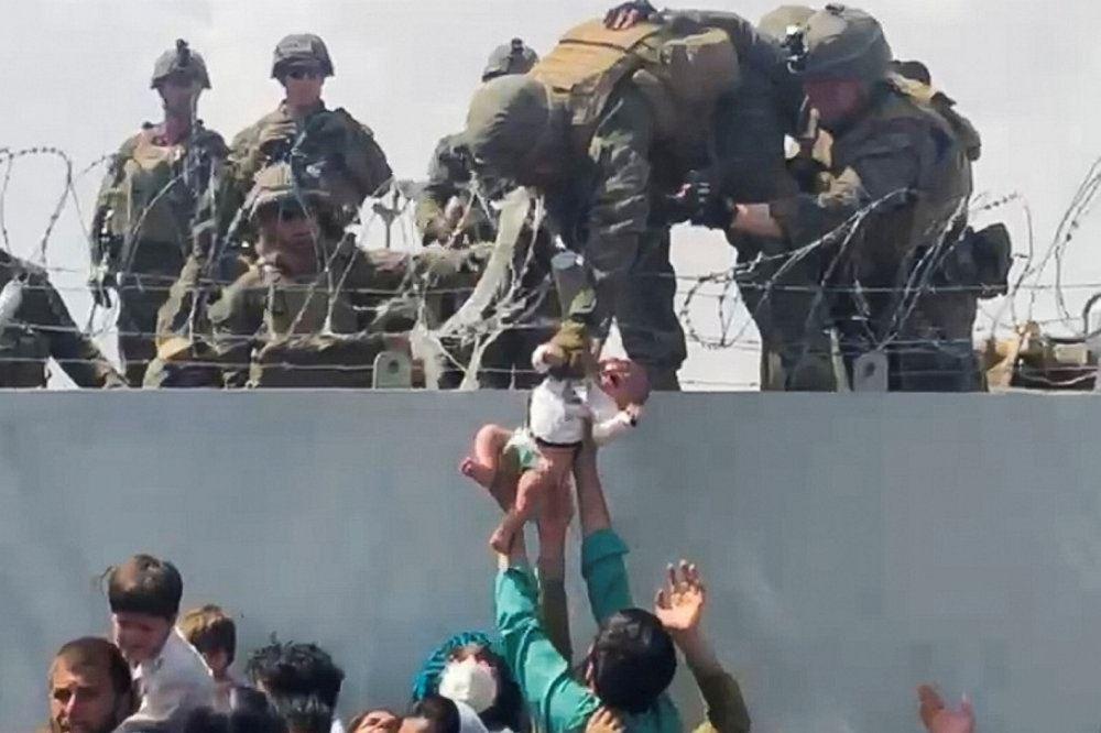 babyen rækkes op ti soldaterne