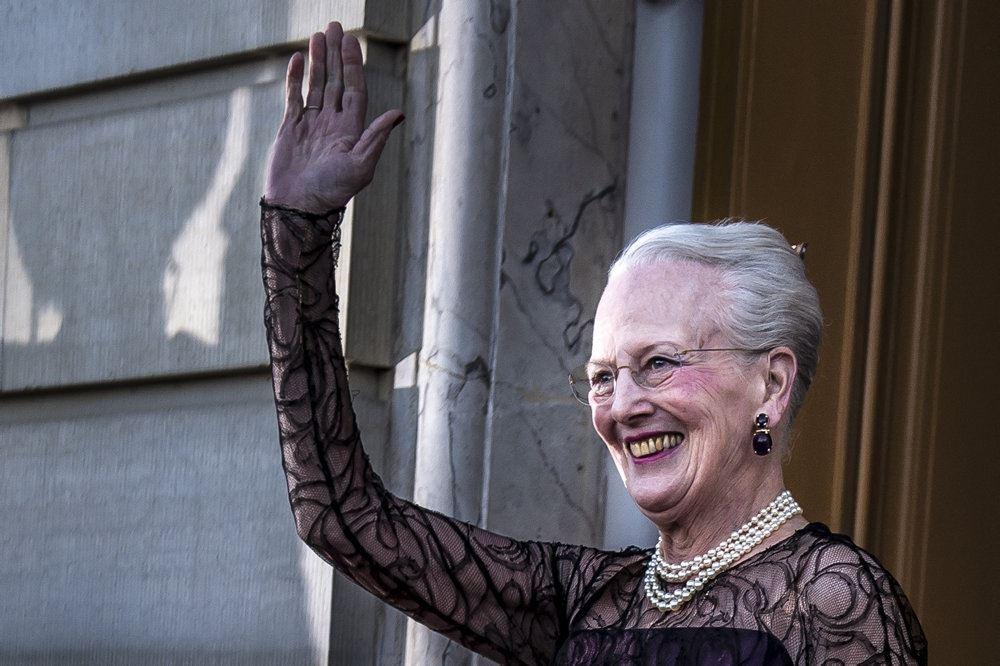 Dronning Margrethe vinker