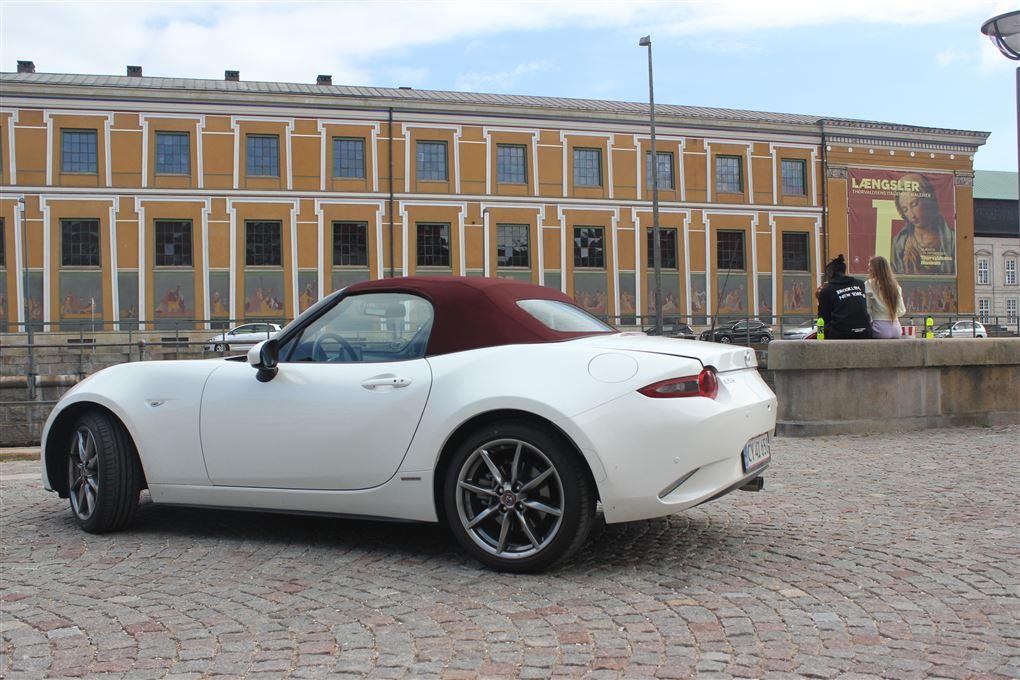 En sportsvogn foran et museum