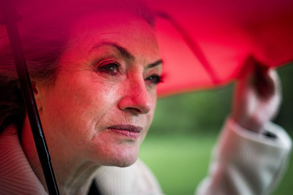 kvinde under paraply