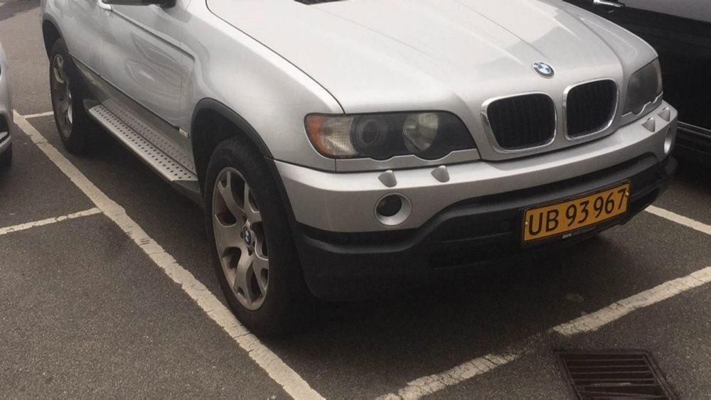 bil holder parkeret i bås