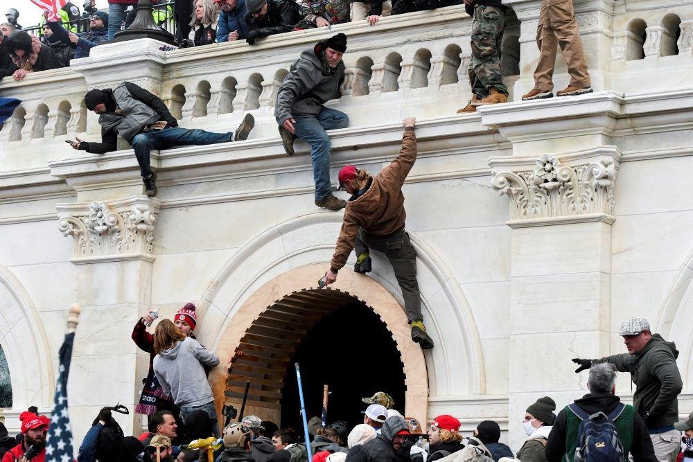 Folk stormer Capitolbygningen