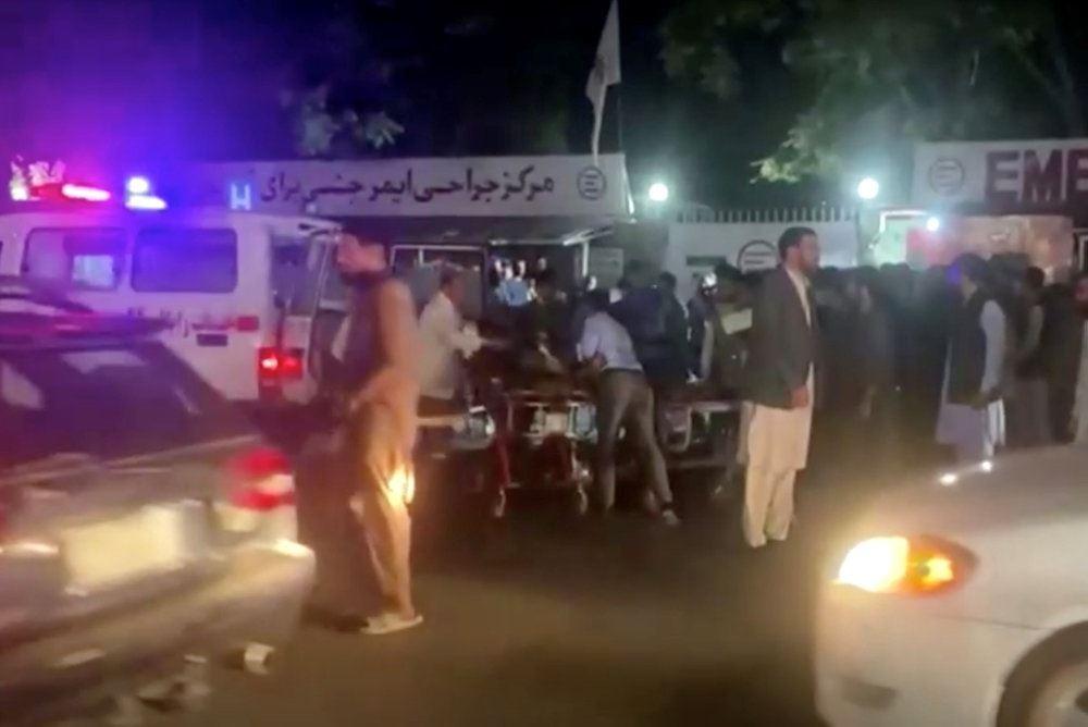 En del afghanere ved en ambulance