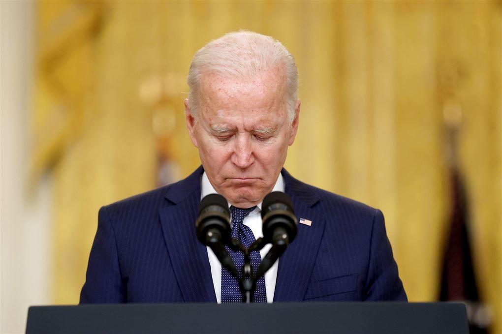 en trist Joe Biden på talerstolen