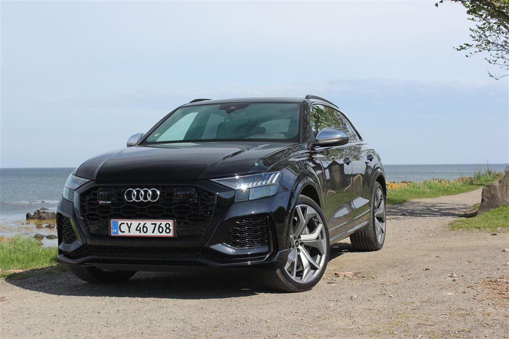 En sort Audi ved vandet