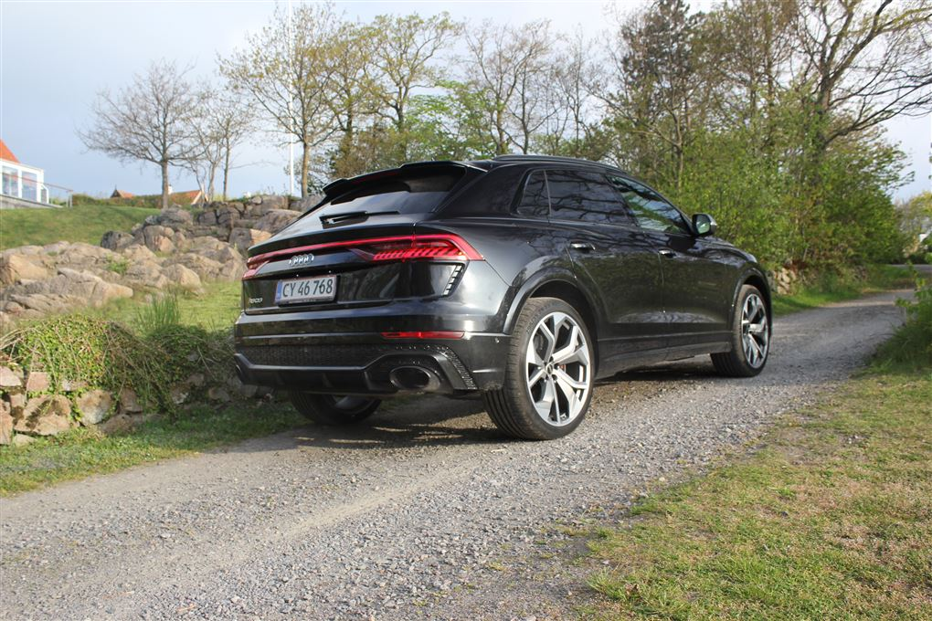 En sort Audi Q8 bagfra.