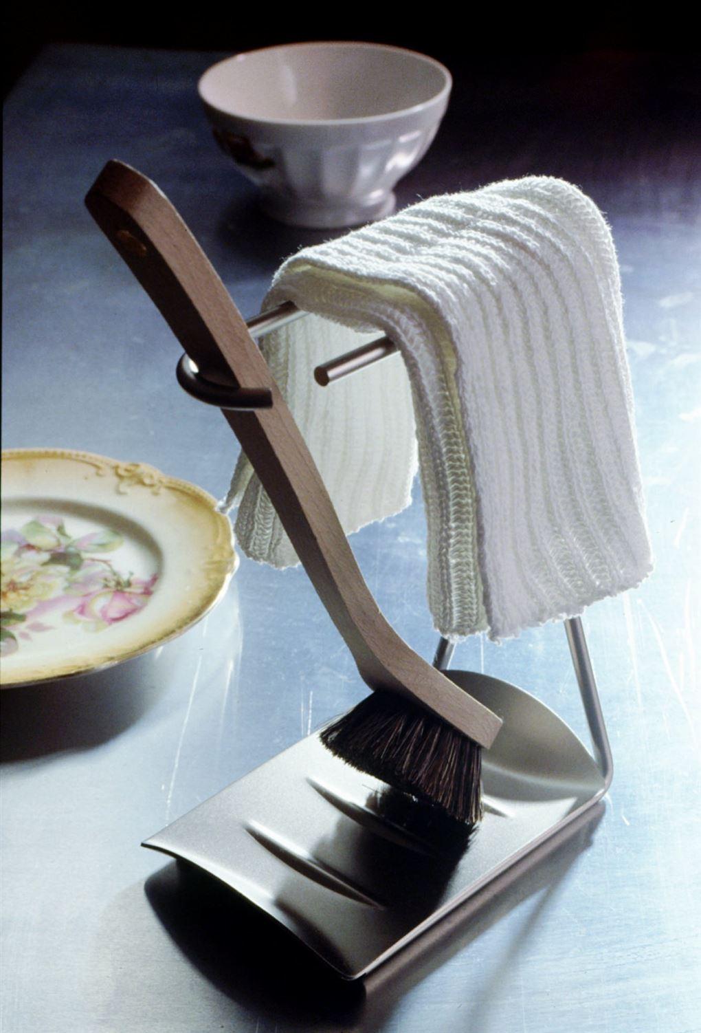 En opvaskebørste på stativ med klud