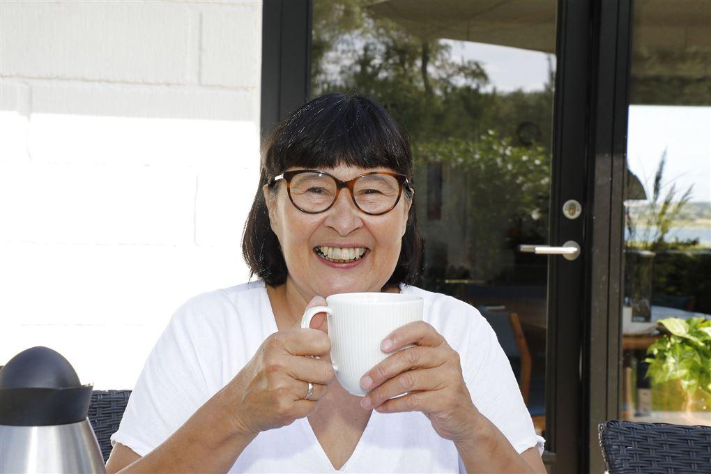 Rosa Kildahl med en kop kaffe