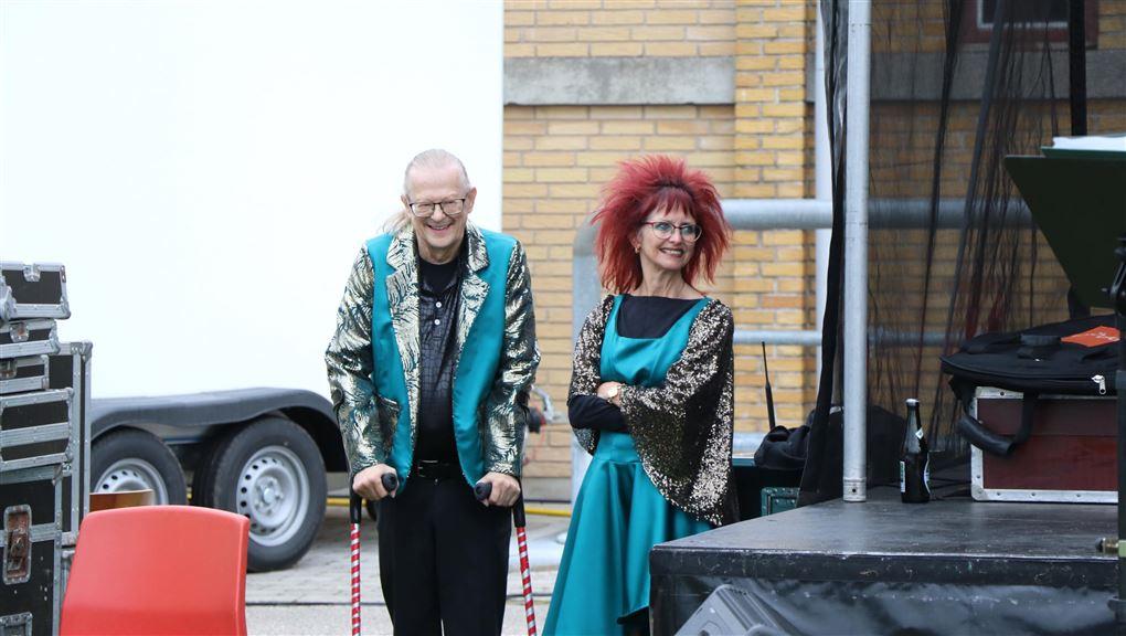 Susi med rødt stort hår og Leo med krykker