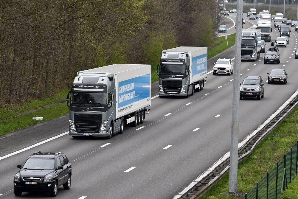 lastbiler og biler på motorvej