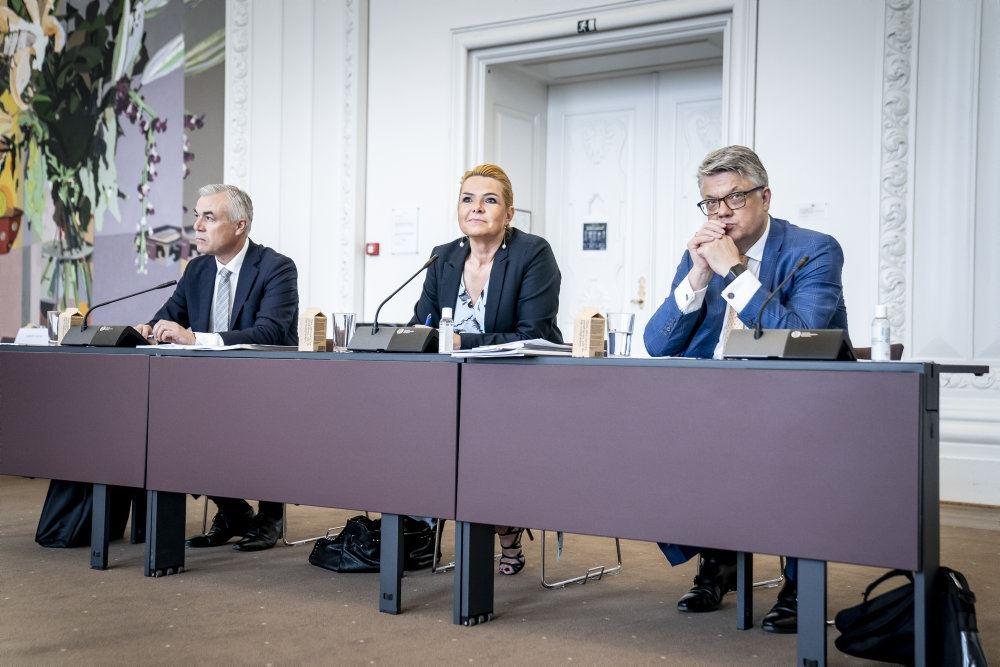 inger støjberg sidder ved bord mellem to advokater
