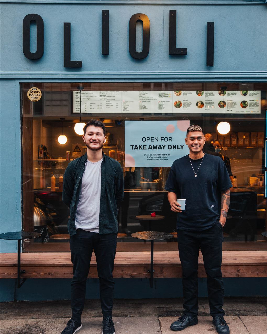 To unge mænd foran en restaurant