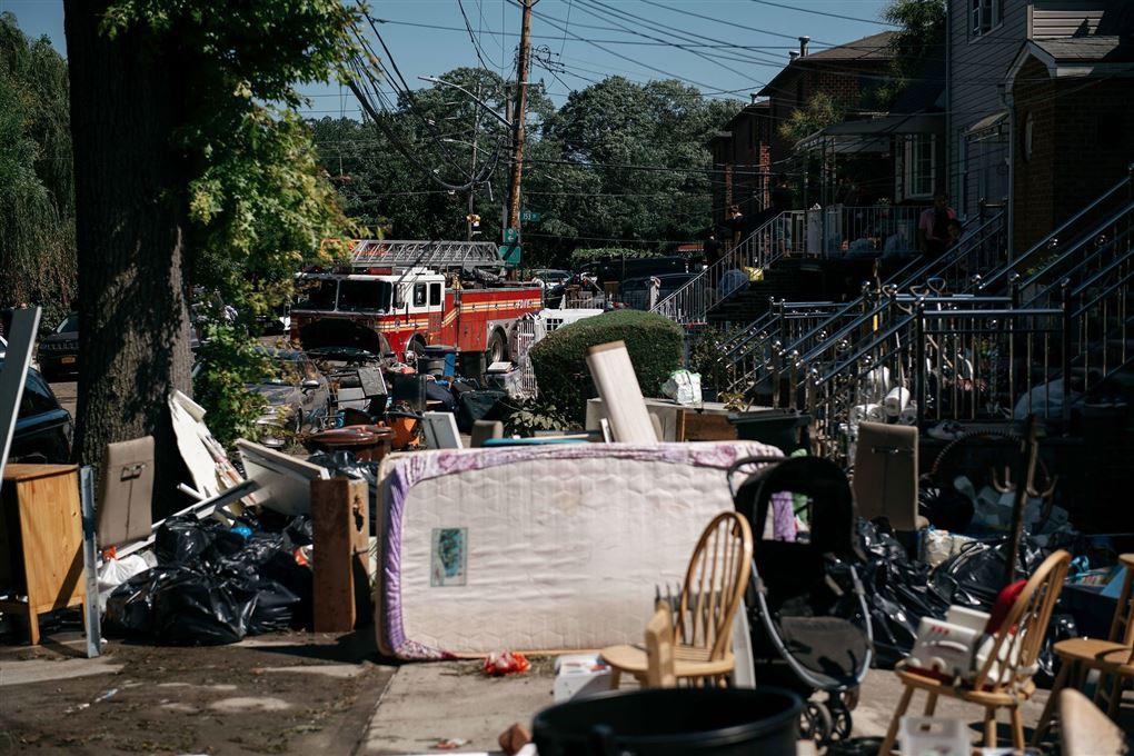 Masser af møbler ude på en gade og en brandbil
