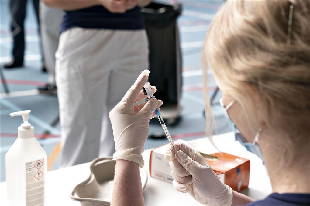 Vaccine gøres klar i sprøjte