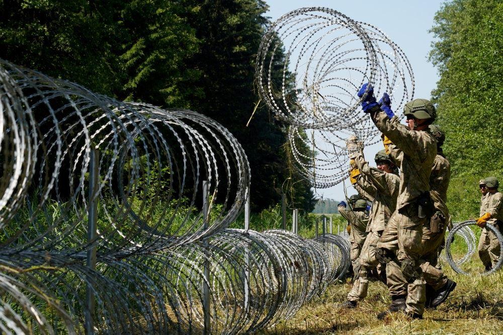 soldater sætter pigtråd op