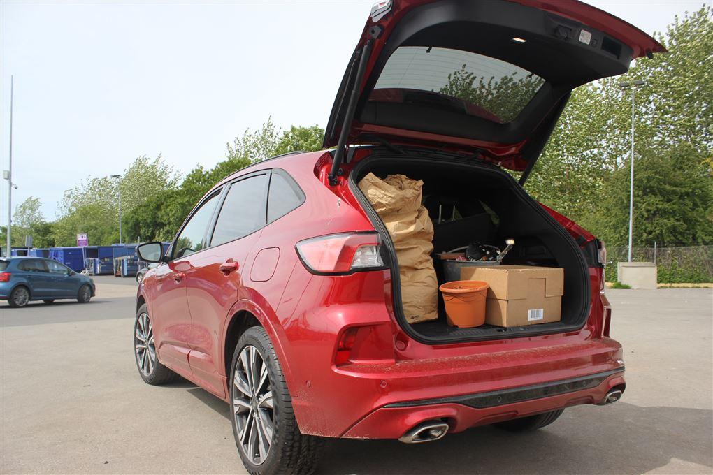 En rød bil med bagagerummet åbent
