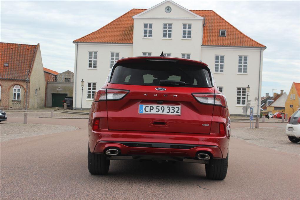 En rød bil bagfra