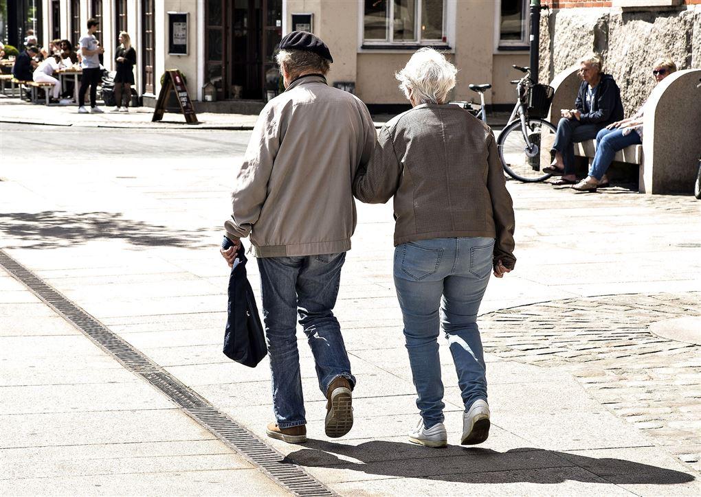 Et ældre par på gaden