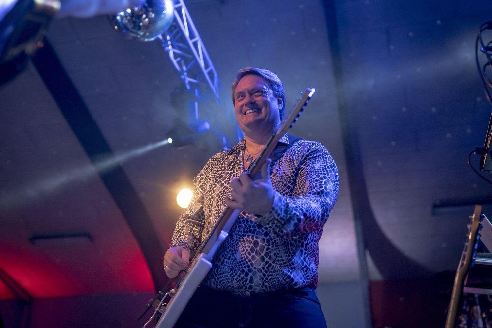 Johnny Hansen på scenen med sin guitar.