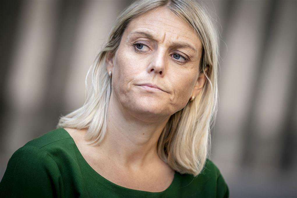 Billede af en blond kvinde i grøn kjole