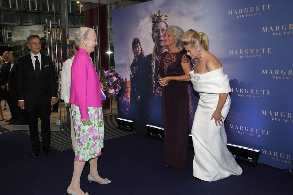 Dronning Margrethe hilser på Trine Dyrholm