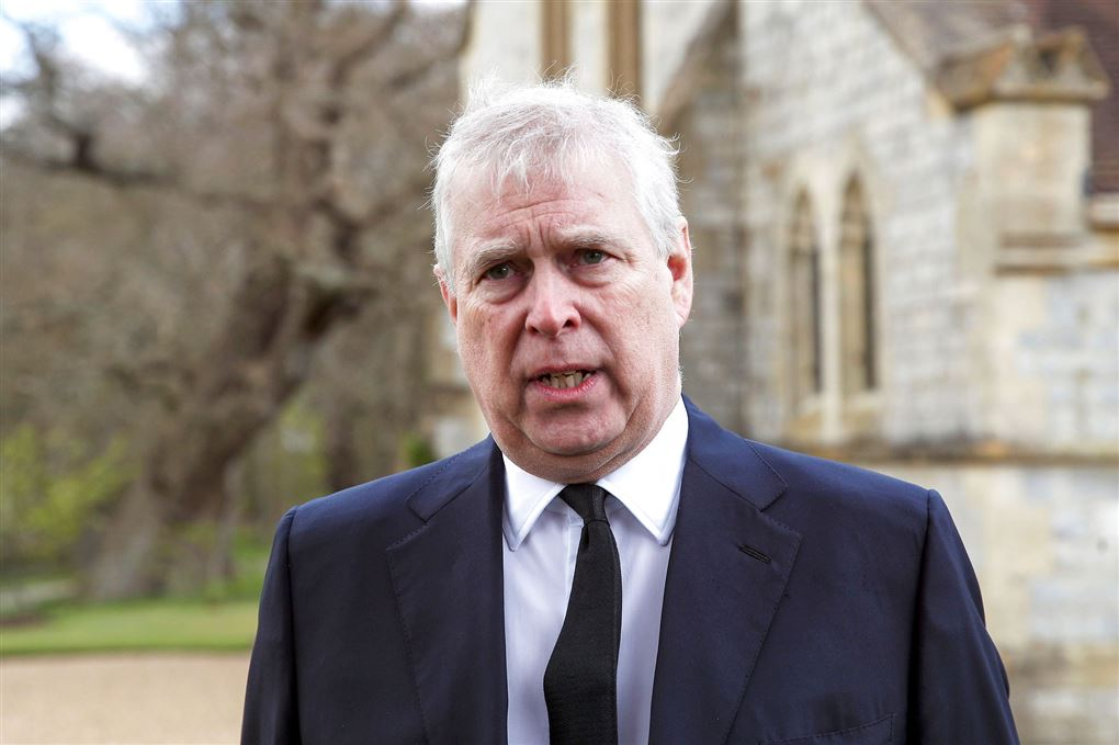 Nærbillede af prins Andrew iført jakkesæt og et alvorligt ansigtsudtryk.