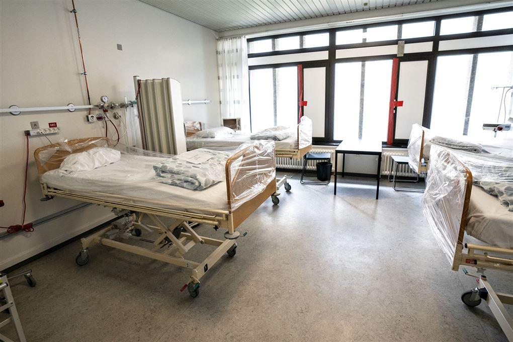 Tomme hospitalssenge på en isolationsstue.