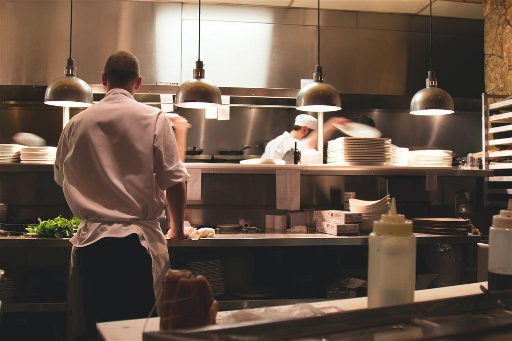 Nogle kokke i et fint køkken