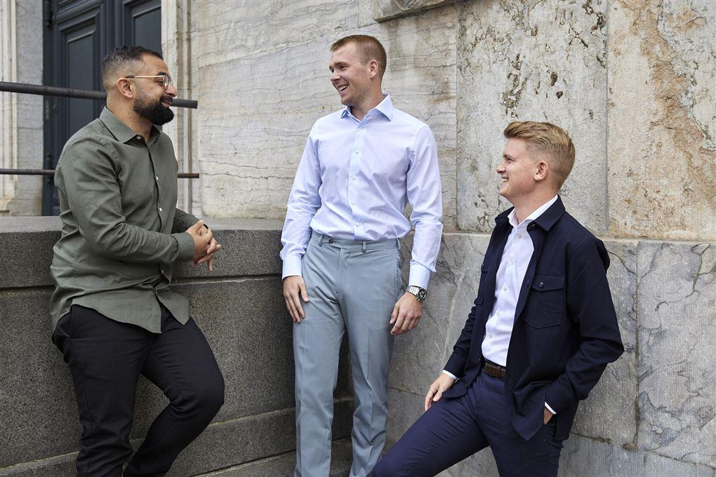 tre mænd foran en trappe