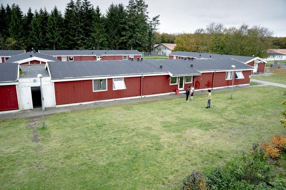 Kærshovedgård der består af flere røde barakker med sorte tag.