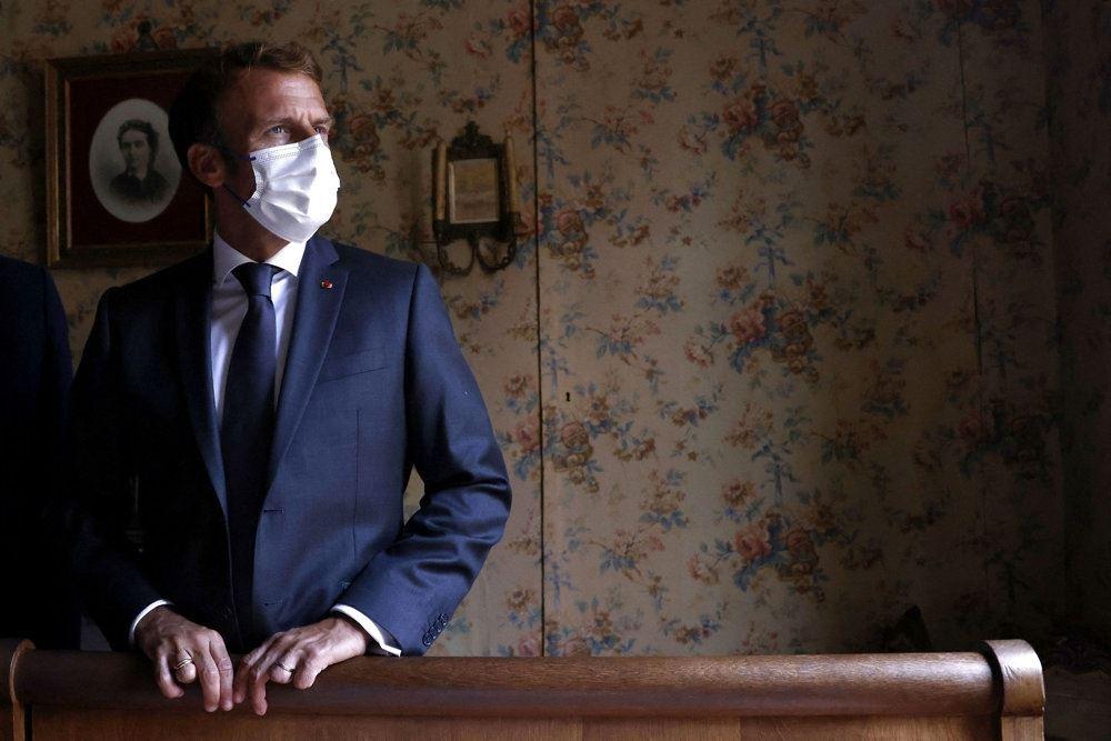 Præsident Emmanuel Macron med mundbind