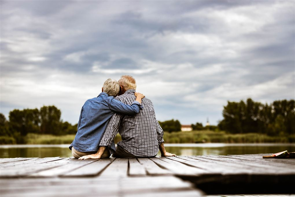 et ældre par sidder på en badebro