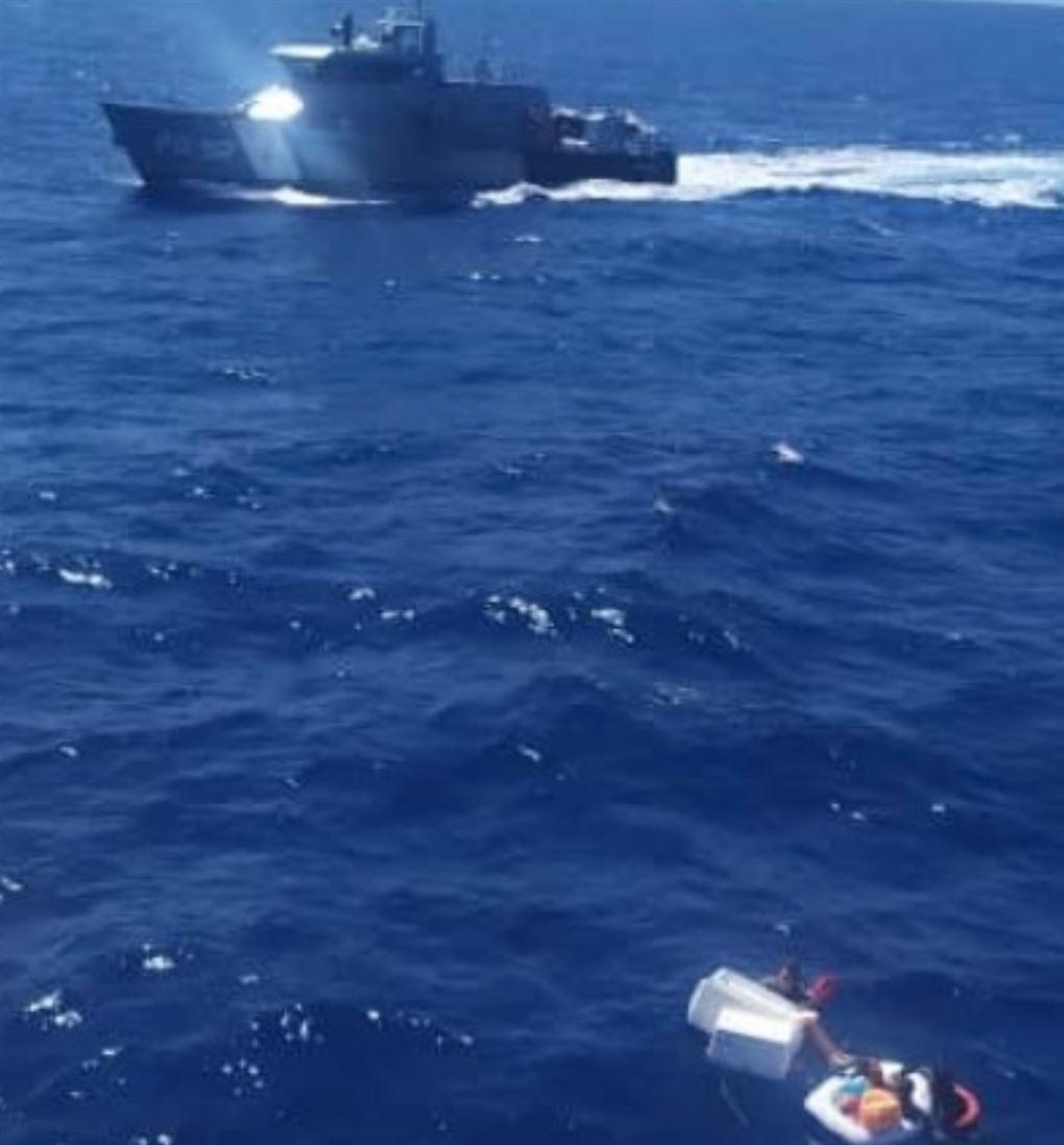 et kystfartøj og nogle skibbrudne