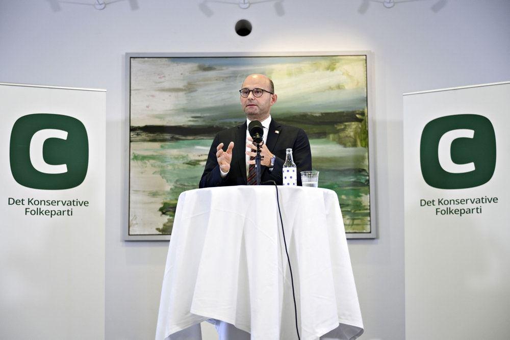 en mand med briller på en talerstol