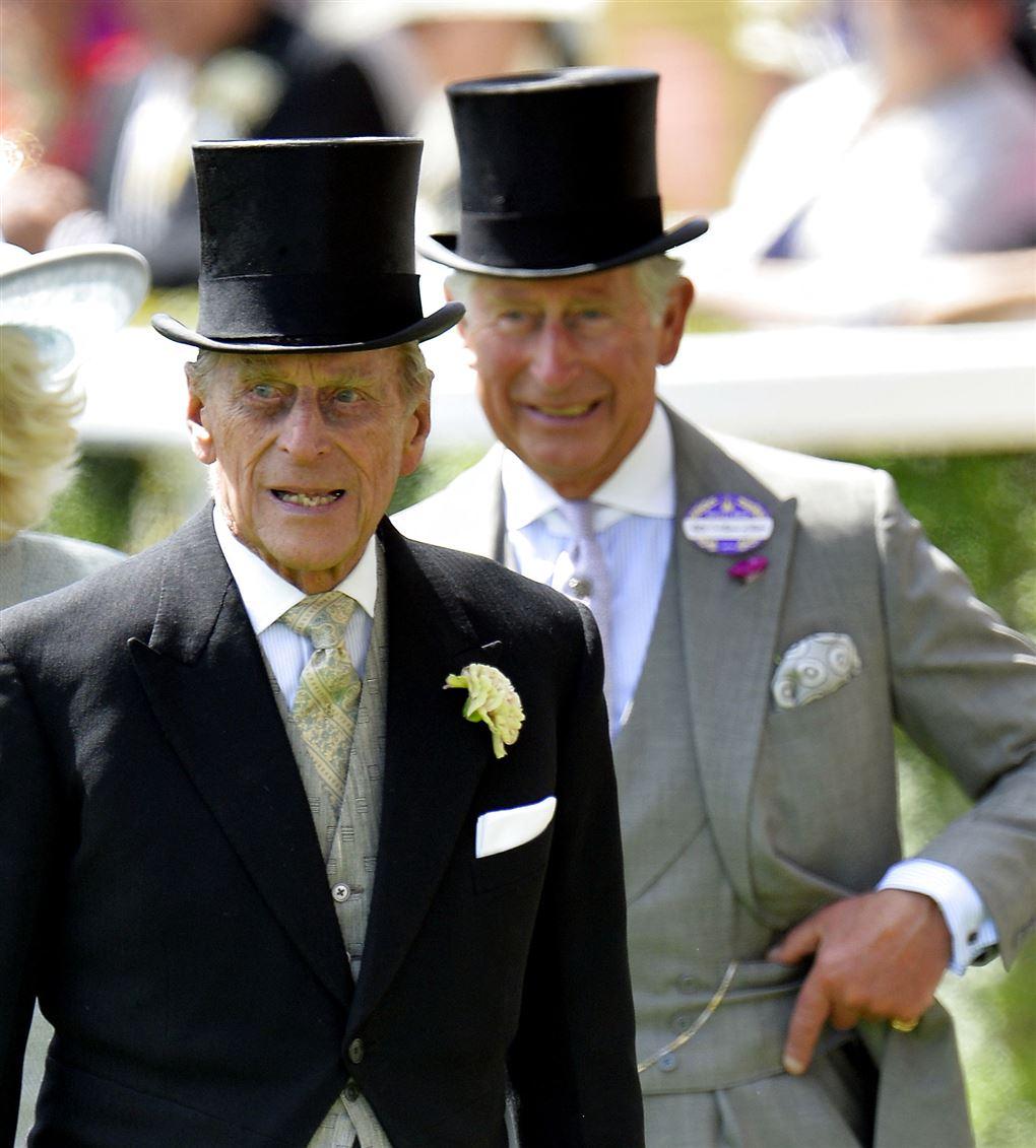En gammel mand med høj hat og en lidt yngre med samme hat