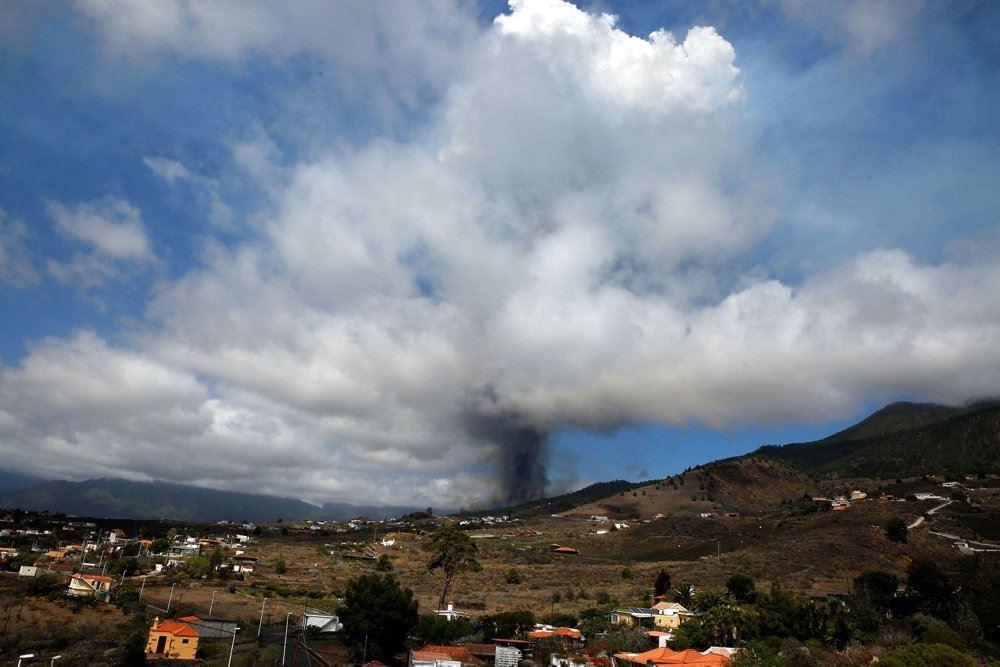 røg i en kæmpe sky over vulkanen