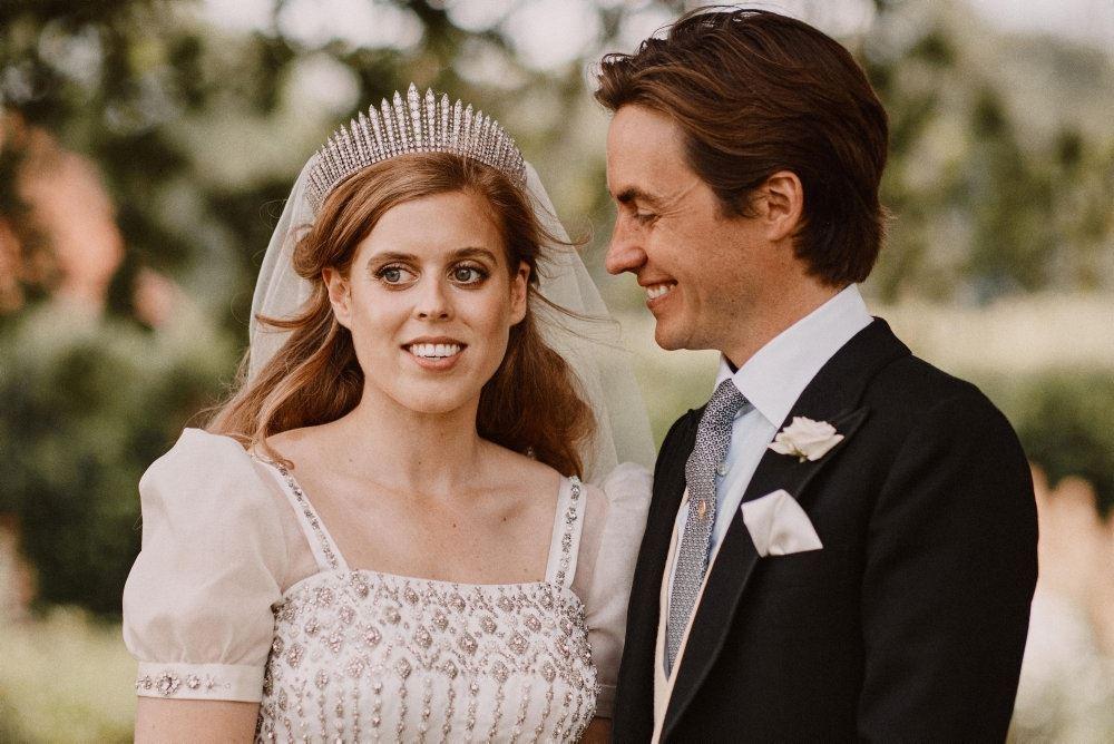 Prinsesse Beatrice og hendes mand i brudetøjet.