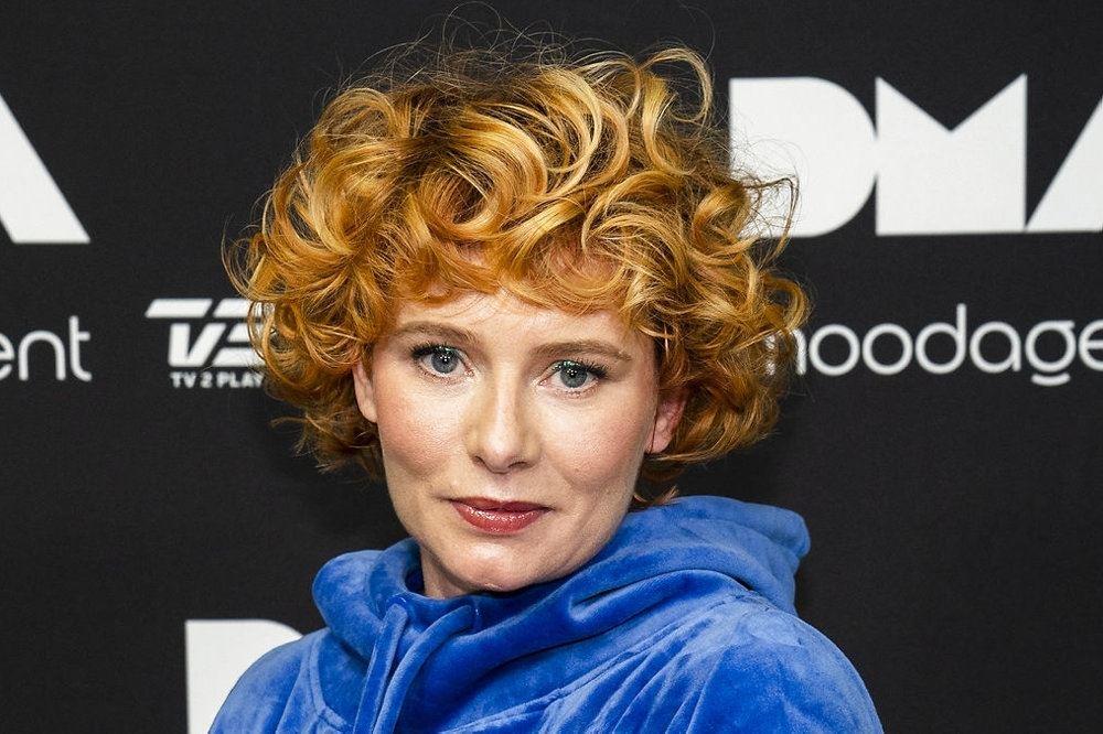 Sangeren Annika Aakjær på den røde løber med vildt og rødt hår