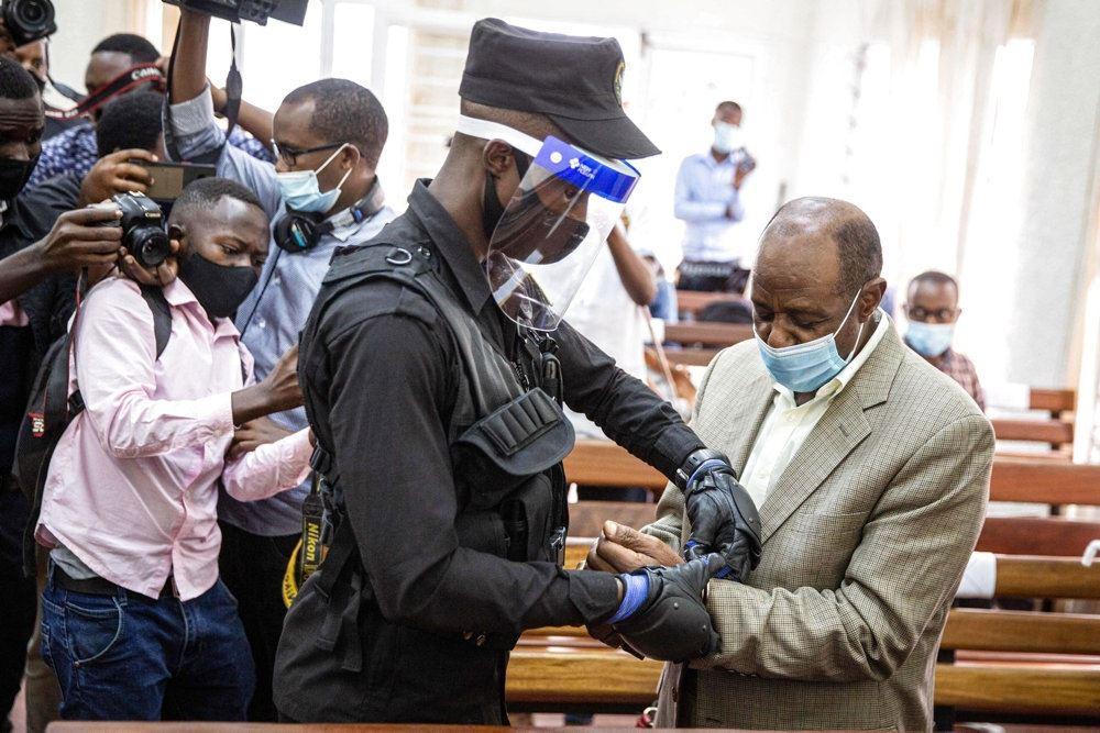 Paul Rusesabagina bliver iført håndjern efter retssagen.