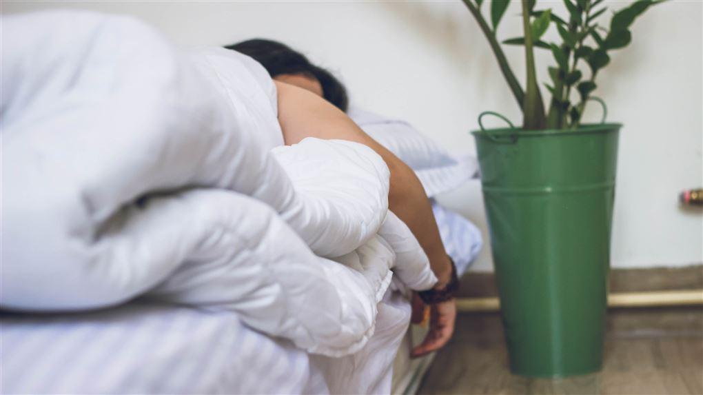 en sovende kvinde i en seng