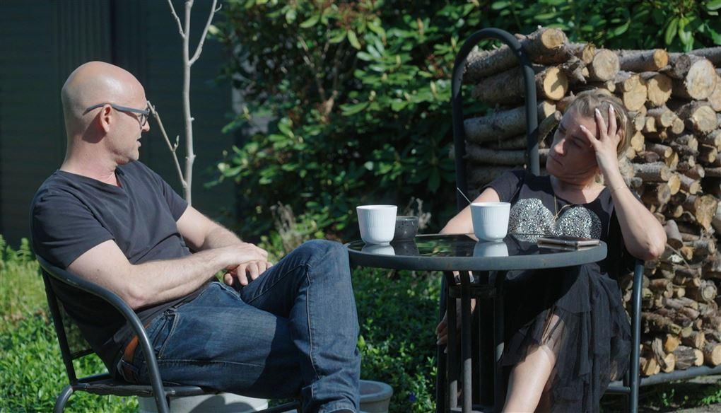 Et par ved et rundt bord i en have