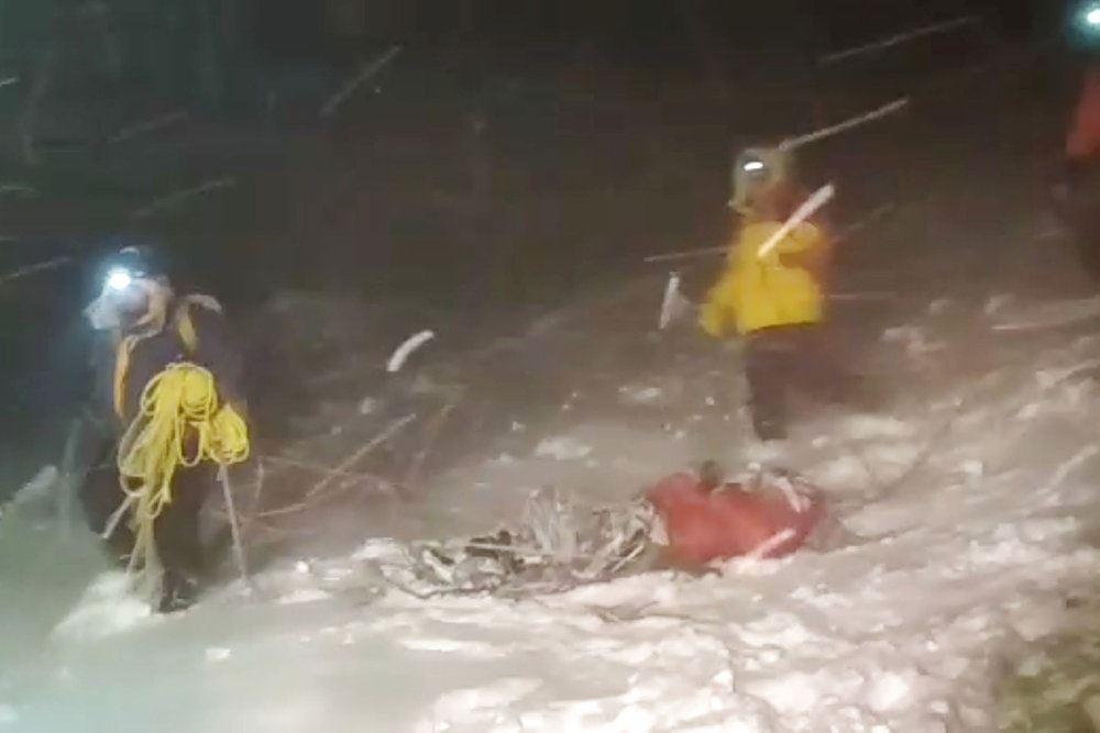 redningfolk i snestorm på bjerg