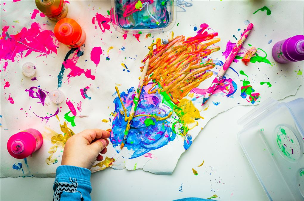 Barn leger med maling