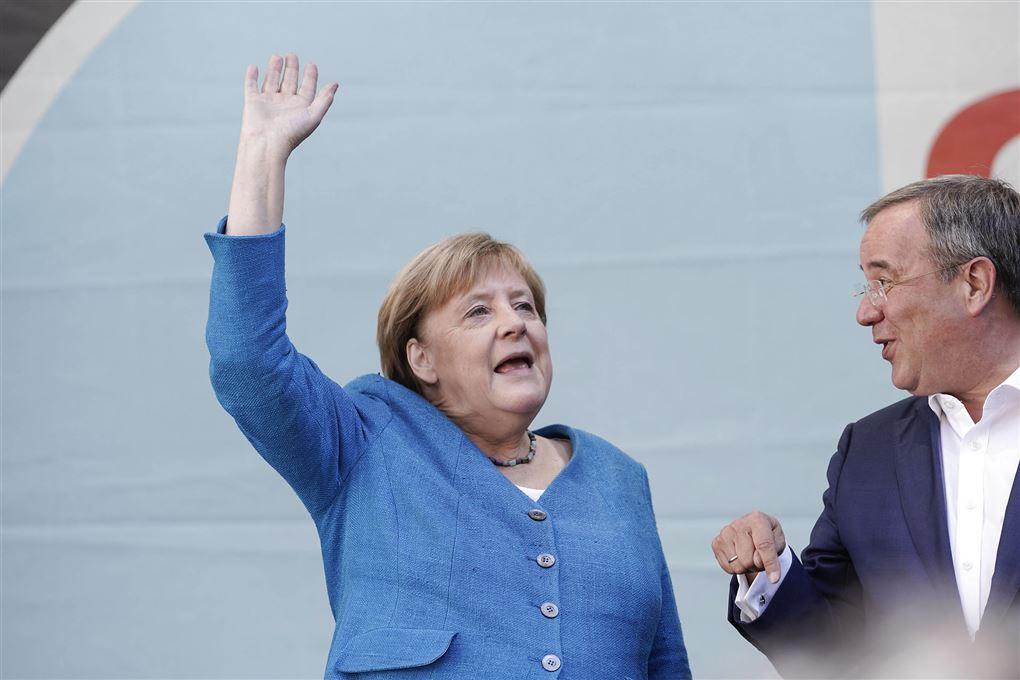 Merkel vinker