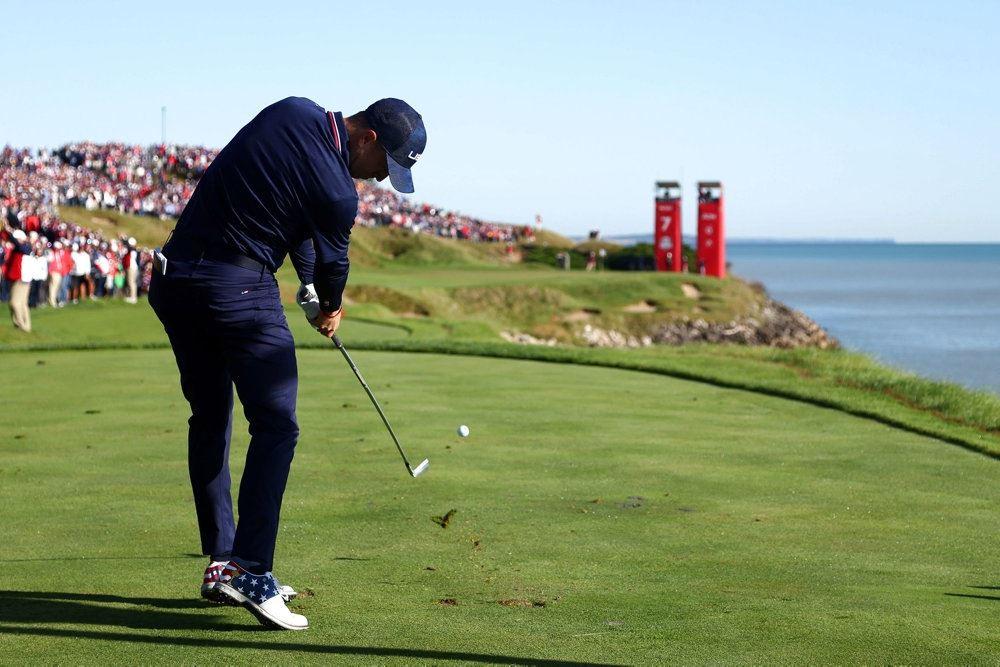 en golfspiller og en flot udsigt