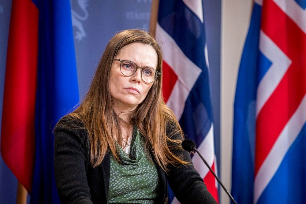en dame med det islandske flag i baggrunden